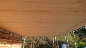 杉 上小材羽目板を張った軒天の画像