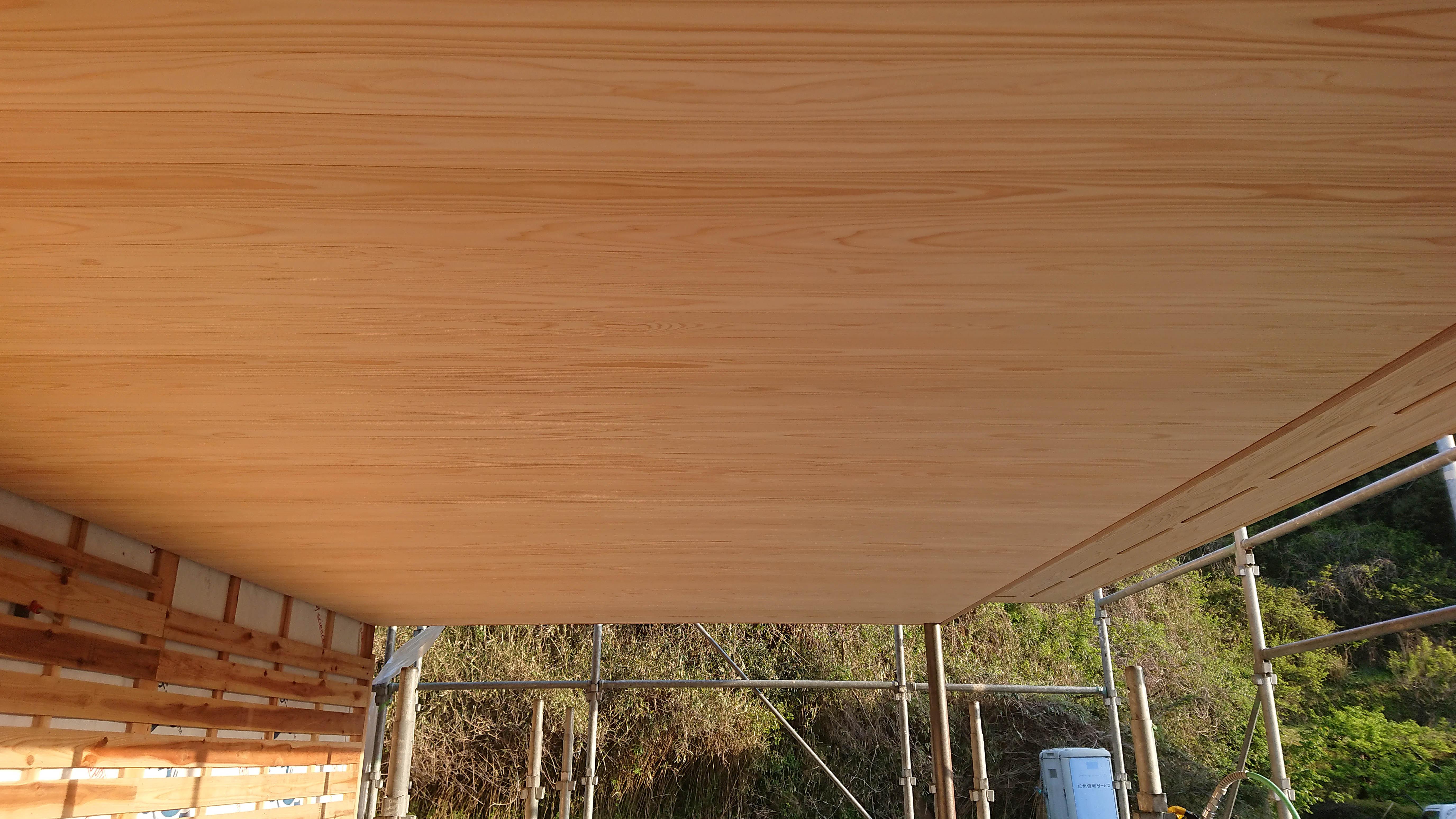 杉 上小材を張った軒天の画像
