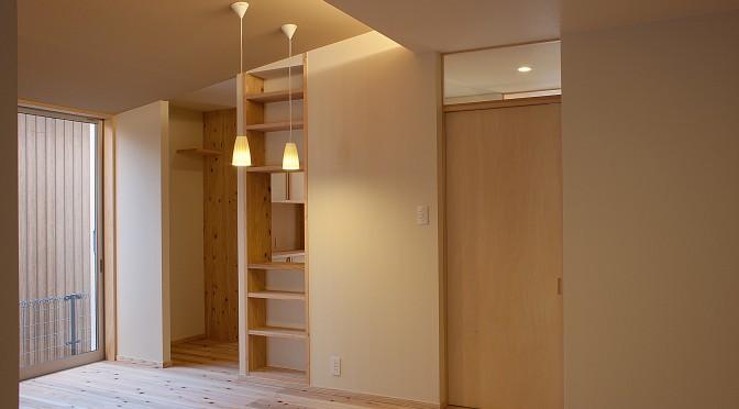 勾配天井と杉厚床板の家