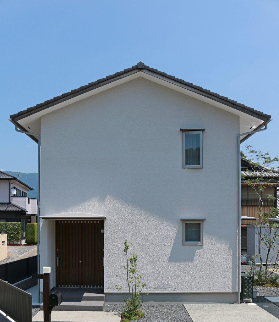軒天にケイカル板を張ったお家 スッキリとした印象です