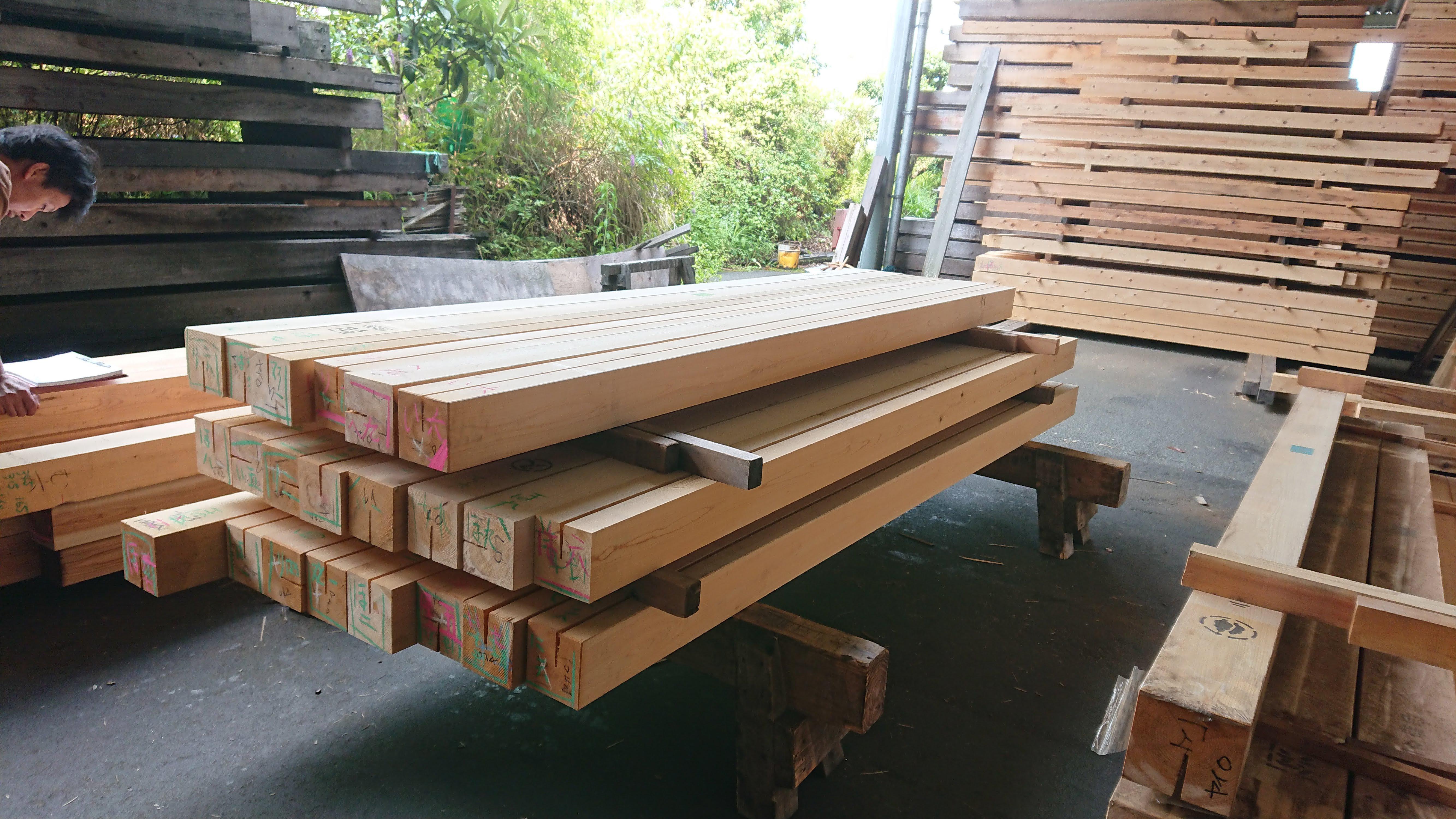 番付の終わった桧化粧柱。見える面や柱の位置をしめす番付が木に書き入れられます。