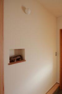 ニッチ棚とリサラーソンタイガーの画像