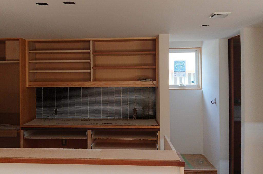 内部はタイル工事も終わり、次は建具屋さんの出番を待つばかり