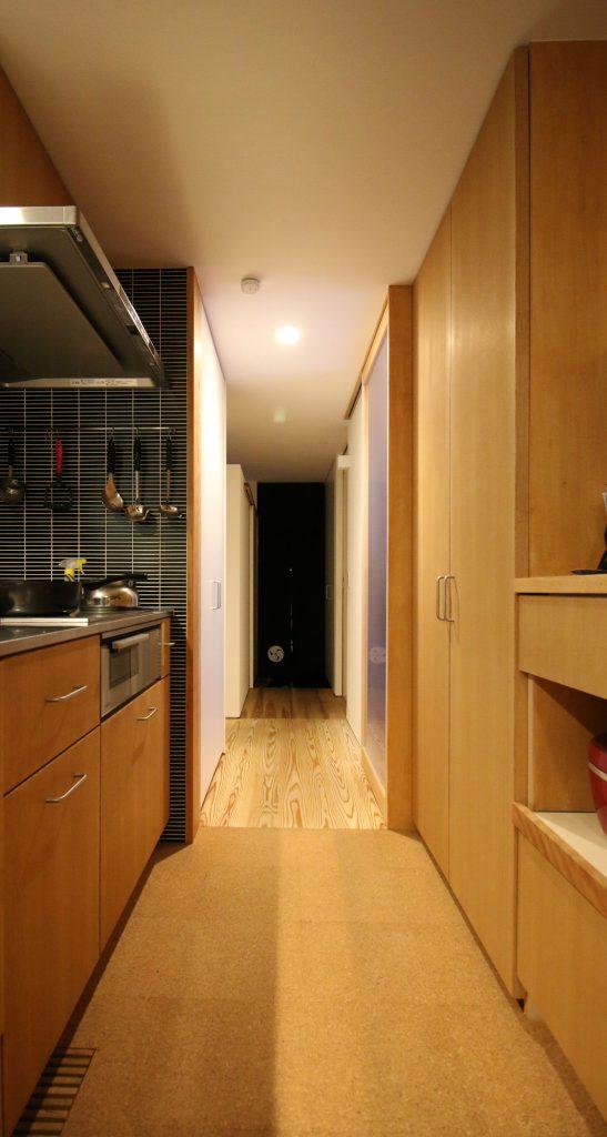 キッチンのコルクタイル。無塗装品に蜜蠟ワックスで仕上げています。