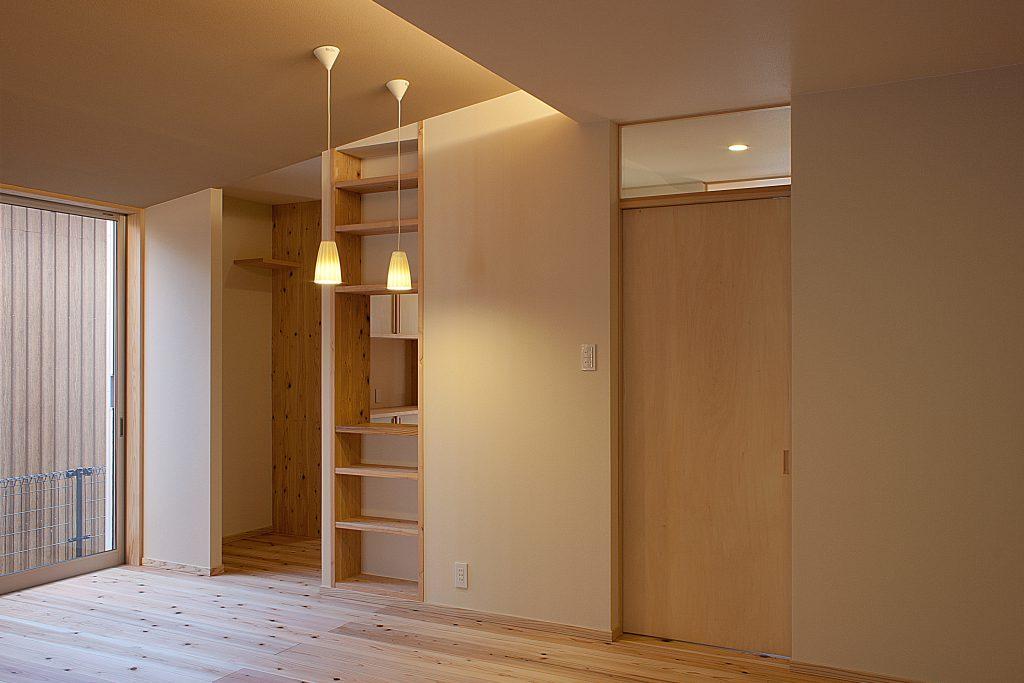 杉床板との相性もよいシナベニアの建具